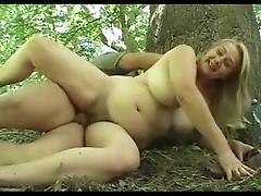 Порно с толстой соседкой в лесу на прогулке фото 531-802