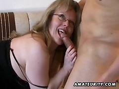 Зрелая порномодель любит сниматься в очках