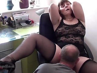 Зрелые женщины в сексуальных чулочках и трусиках