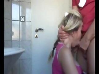 Врач показывает молодым женам как надо дрочить как сосать член, парень дрочит снятое на телефон
