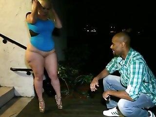 Толстая негритянка в корсете кайфует от секса с темнокожим парнем в маске